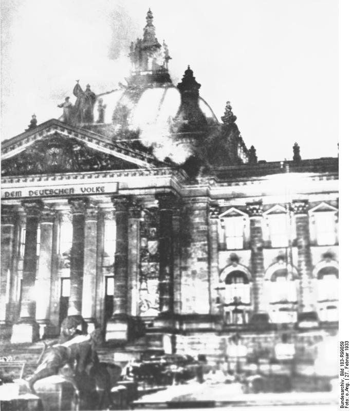 Branden i Rigsdagen i 1933 brugte Hitler særdeles aktivt. Han gennemførte nødlove, der blev den reelle start på nazidiktaturet og han oprettede Folkedomstolen.
