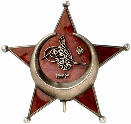 "Blandt min Oldefars mange hædersbevisninger var også ""jernhalvmånen"", på tysk Eisener Halbmond, som tak fra Osmannerriget for hans tjeneste under Første Verdenskrig."