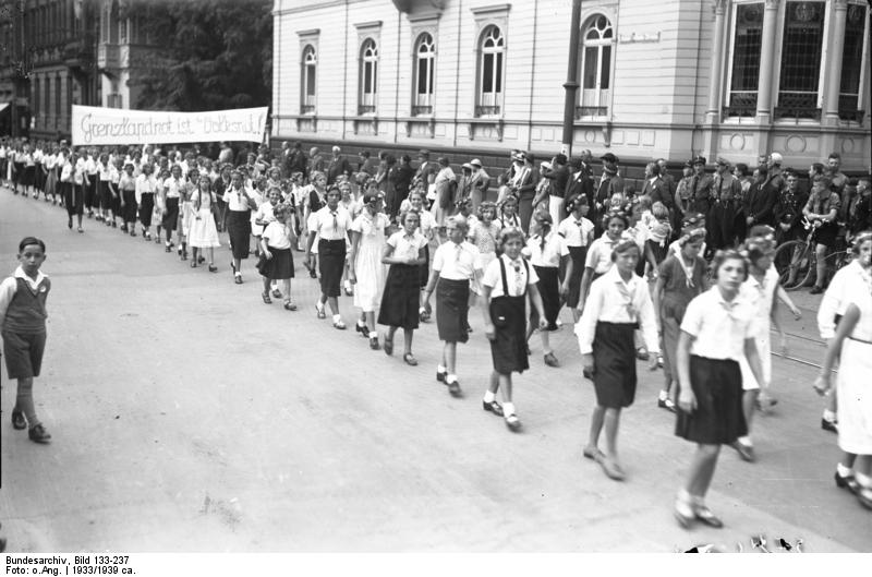 Hitlerpigerne marcherede gennem byernes gader, mens de sang og spillede musik.