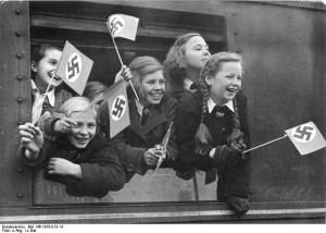 En flok piger evakueres fra deres bombetruede hjem med Kinderlandverschickung. (Fra Bundesarchiv: Bild_146-1978-013-14_Kinderlandverschickung)