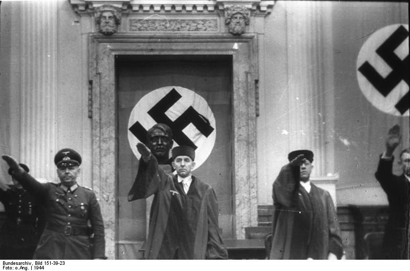 """Min oldefar havde blandt andet den tvivlsomme fornøjelse at skulle afsige domme sammen med domstolens leder, den berygtede Roland Freisler, med tilnavnet """"Rasende Roland"""" (i midten)."""