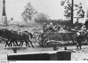 Tyske flygtninge fra Østpreussen (Fra  Bundesarchiv: Bild_175-S00-00326_Fluchtlinge_aus_Ostpreusen_auf_Pferdewage)