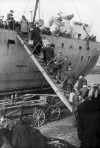 En evakuering med båd af tyskere i Kurland