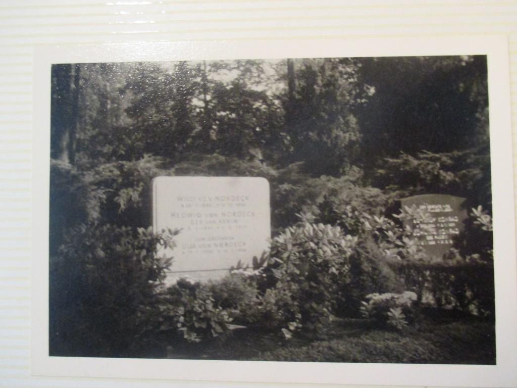 Her ligger min oldefar, oldemor og min mormors søster, der døde af anoreksi, begravet.