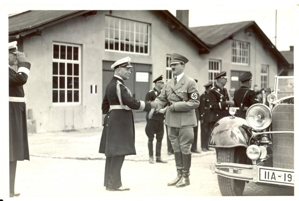 Oldefar og Hitler hilser.