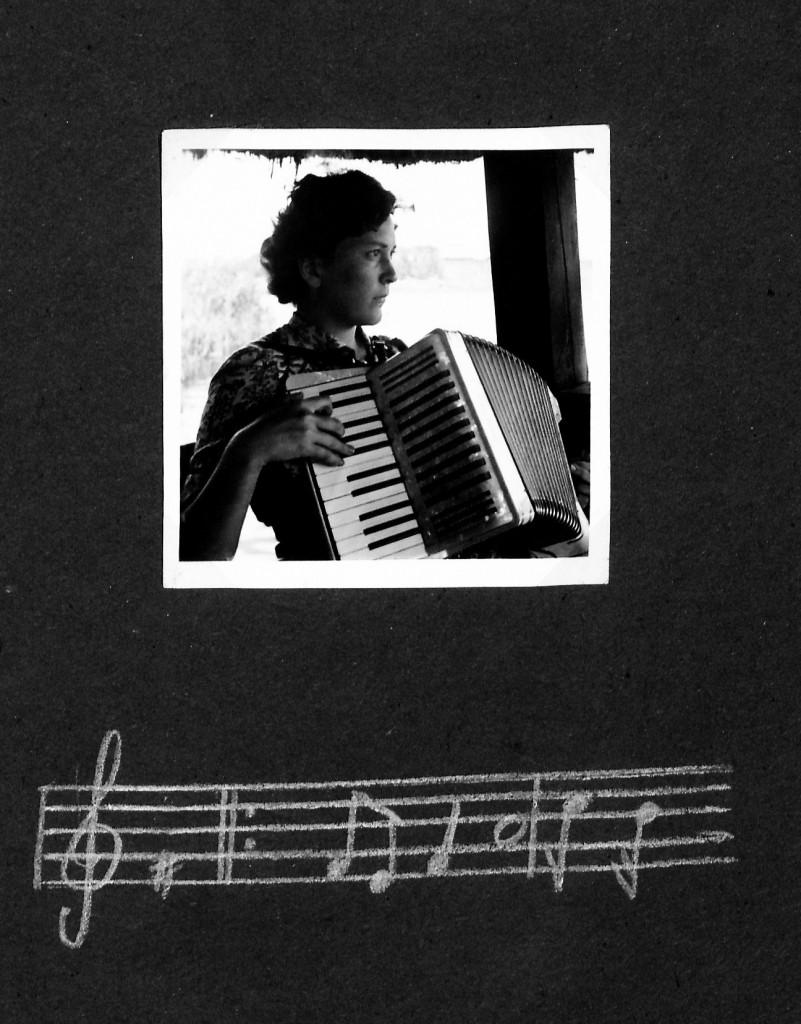 Min mormor lærte at spille harmonika og blokfløjte i Hitlerjugend - den evne tog hun med sig gennem hele livet - her er det fra et fotoalbum med billeder umiddelbart efter krigen.
