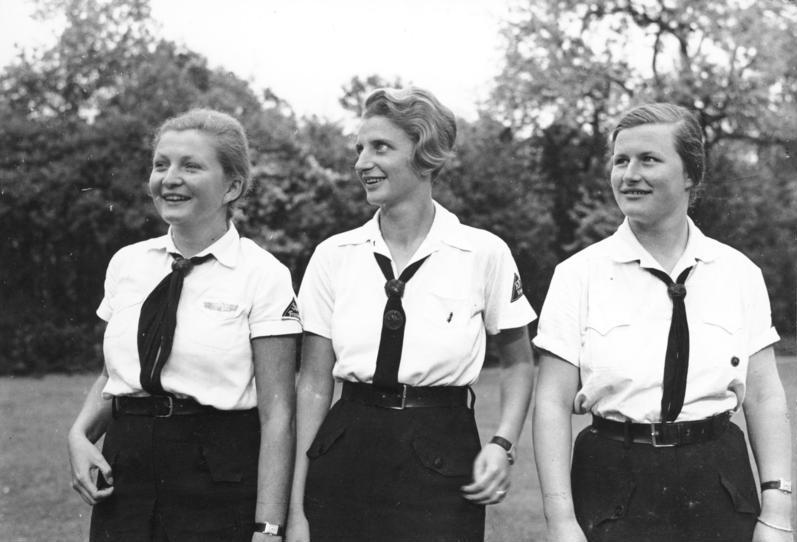 Sådan så BdM-uniformen ud. Hvid skjorte og blå slips. Ingen af de tre piger er min mormor.