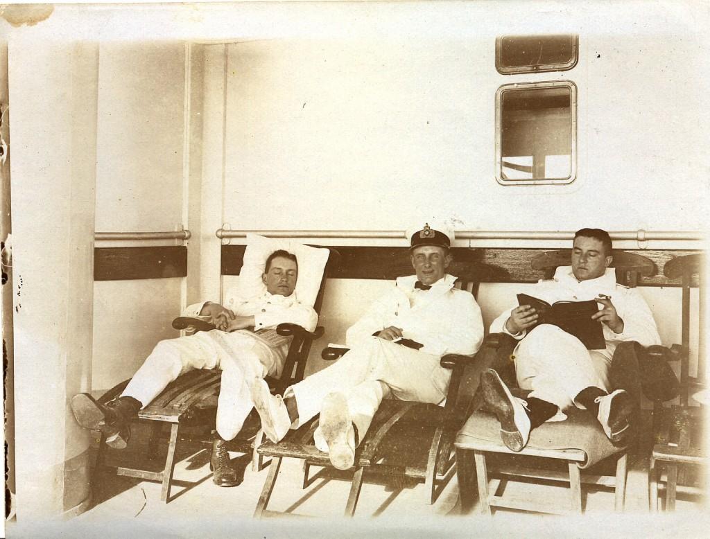 Willy (i midten) slapper af på den tunge krydser SMS Bismarck.