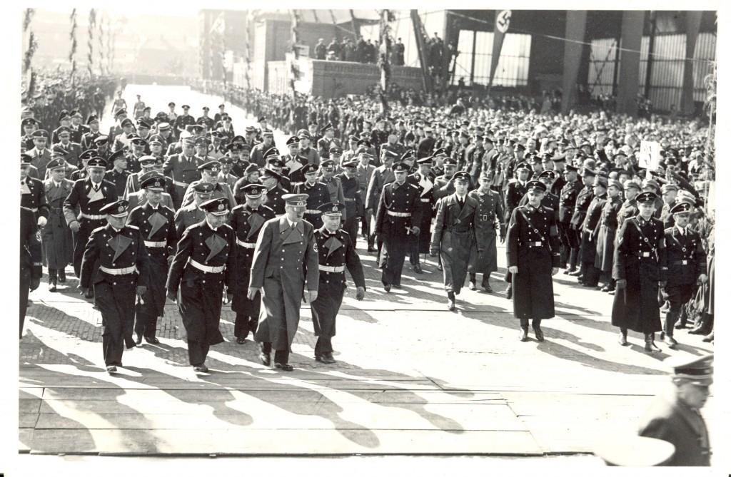 Hitler går parade i Wilhelmshaven. Til venstre for Hitler ses storadmiral Erich Raeder, ansvarlig for den tyske flåde, og til højre for Hitler er min oldefar.