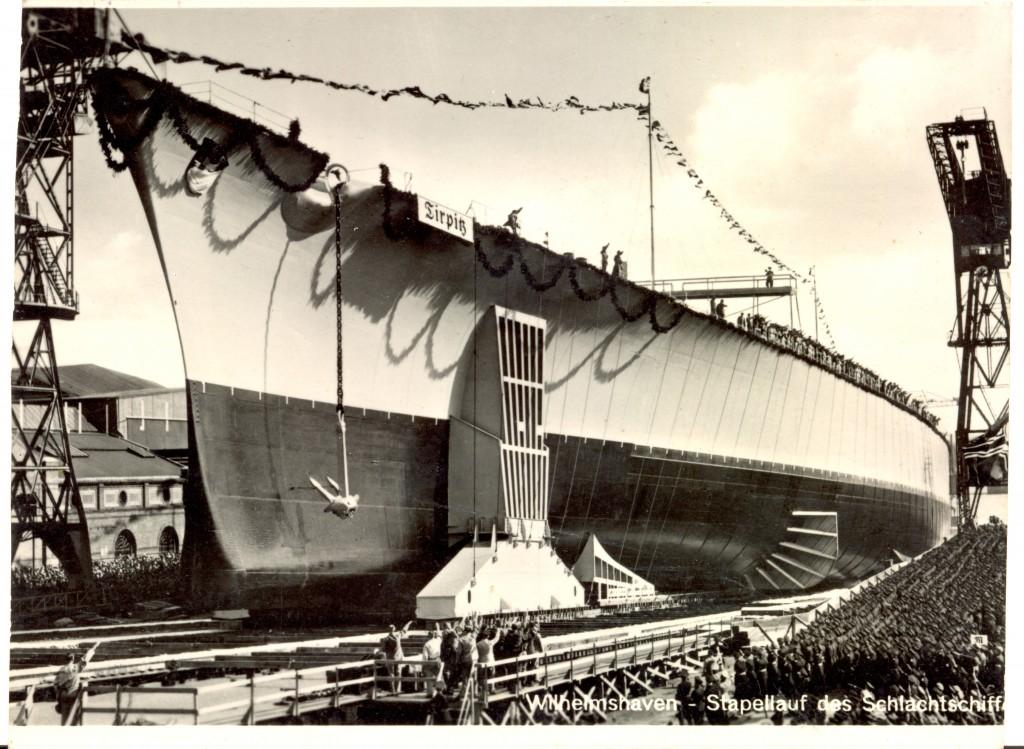 Kæmpeskibet Tirpitz lige før det for første gang glider i vandet. Læg i øvrigt mærke til, at samtlige mennesker på billedet heiler! Datoen er den 1/4 1939.