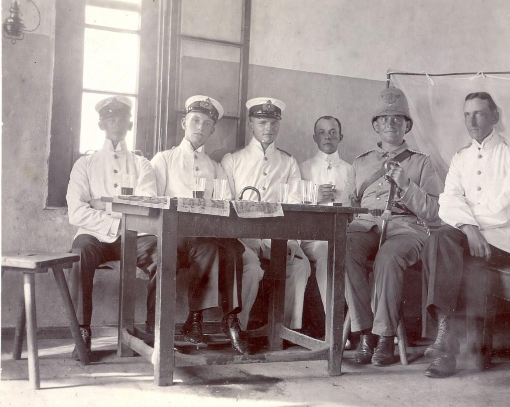 Bernd von Arnim sidder i hvid uniform længst til højre. Nummer to fra venstre er min oldefar, Willi von Nordeck.